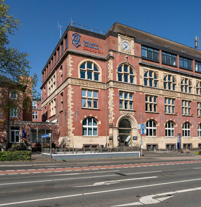 Bochum, 26.04.2020 THGA Technische Fachhochschule Georg Agricola Gebaeude Aussenansicht Herner Strasse - Foto Volker Wiciok
